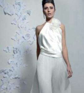 Se sfogliamo le riviste di moda specializzate non possiamo fare a meno di  notare che l ultimo trand per la sposa 2018 sono i pantaloni. 826a639beee